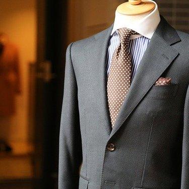 スーツとベストは色違いでもOK?おすすめの組み合わせ方やコーデのマナーを紹介