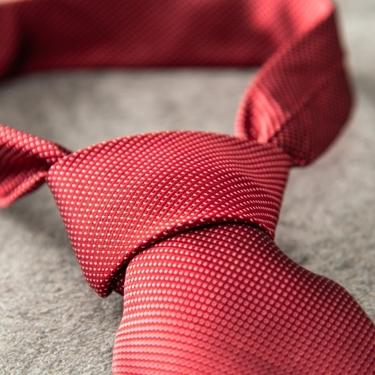 赤のネクタイがあたえる印象とは?シチュエーション別のおすすめのコーデを紹介!