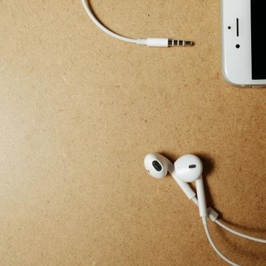 イヤホンから目覚ましアラームを鳴らす方法!アプリや設定は必要なの?