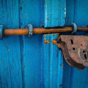 引き戸の鍵を交換・後付けする方法は?取り付けの手順や費用を詳しく解説!