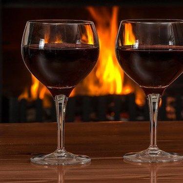 ワイングラスの正しい持ち方とマナー! 持ち方の種類や回し方もチェック!