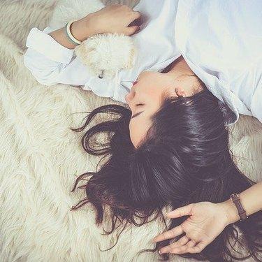 寝る時も髪のケアを忘れずに!ロングヘアを絡ませない方法・結び方は?