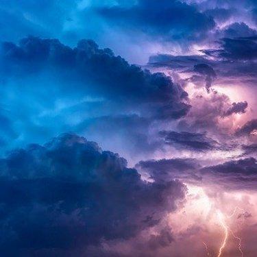 神棚に「雲」を貼る意味とは?正しい貼り方や交換のタイミングもチェック!
