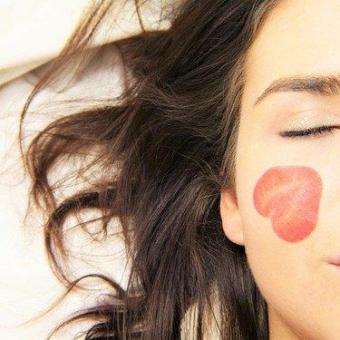 顔のテカリの原因をチェック!皮脂を抑える効果的なスキンケアアイテムも