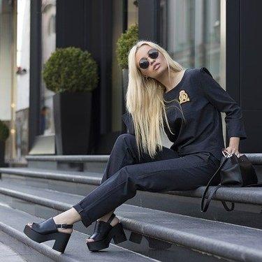 黒い服を着る人の心理とは?似合う人の特徴やメリットを詳しく紹介!