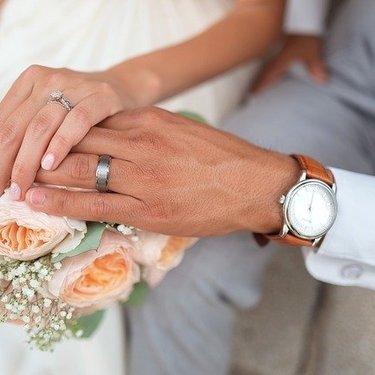 【手相占い】結婚線の意味・見方まとめ!結婚年齢は長さによって違う?