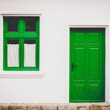ドアをDIYでおしゃれに変身!初心者にもできる簡単な作り方と例を紹介!