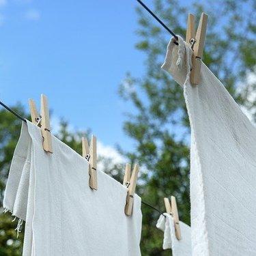 リネン生地の洗濯方法ガイド!縮むのを防ぐコツや干し方のポイントも!