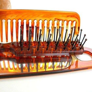 ヘアブラシの洗い方・掃除ガイド!素材別に簡単な手入れ方法を紹介!