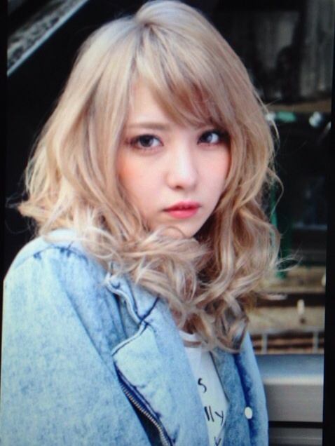 デニムシャツに金髪のかわいい石川恋