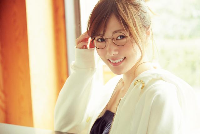 メガネがキュートな白石麻衣