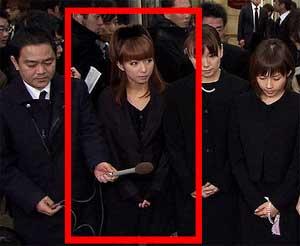 辻希美さんはつけまつ毛やアイラインをしっかり入れており、お葬式にふさわしくないのではと言われています。他のメンバーは質素にまとめているので余計辻希美さんの