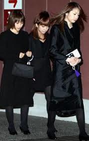 辻希美さんの喪服に関しては、スカートの丈に関しても指摘があったようです。辻希美 さんは膝上丈のスカートを履いており、喪服にふさわしくないと批判が集まりました。