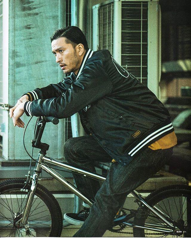 また、長瀬智也はバイクなどのアウトドアが趣味という事も知られていて、私服ファッションはアウトドアでも使いやすいもののようです。上の画像では自転車に乗ってい
