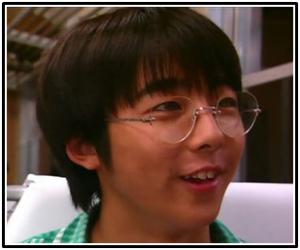 こちらは昔のメガネをかけていた頃の高橋一生さんの画像です。この頃になると以前よりもぽっちゃり度が薄れているようにも見えます。ぽっちゃりとしていなければ、現在