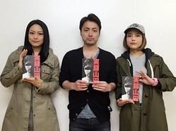 俳優として活動している山田孝之さんと2人の姉で歌手であるSAYUKIさんと女優として活躍している椿かおりさんのスリーショット画像3枚目は、元egg読者 モデルとして活躍