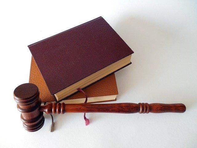「法律」と「憲法」の違いとは?意味や使い方を解説!