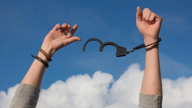 「解放」と「開放」の違いとは?意味や使い方を解説!