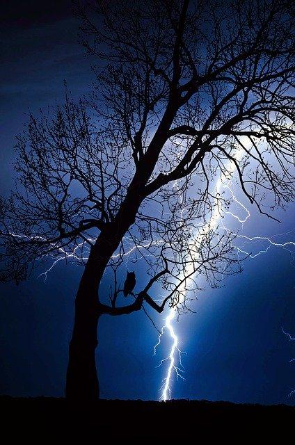 「電光石火」の意味とは?意味や使い方を解説!
