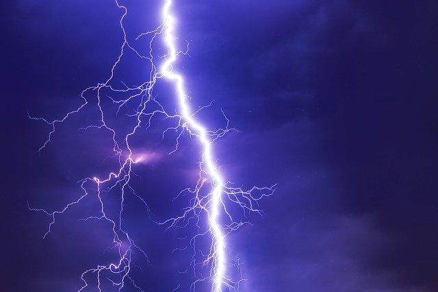「紫電一閃」の意味とは?意味や使い方を解説!