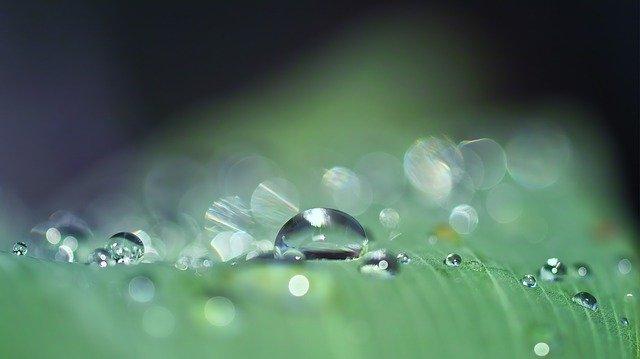 「雨垂れ石を穿つ」の意味とは?意味や使い方を解説!