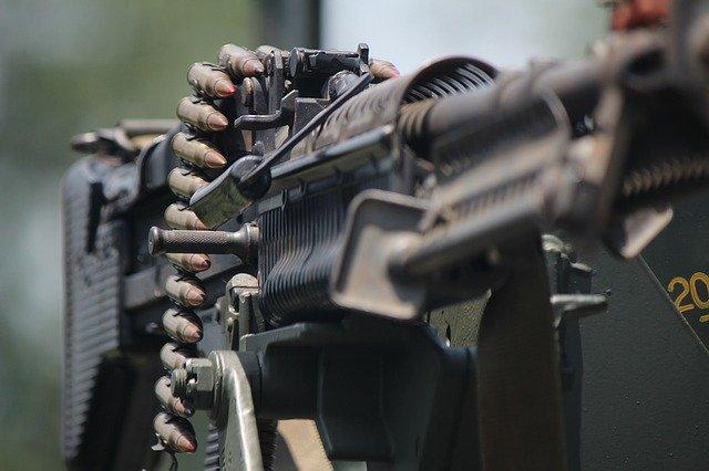 「下手な鉄砲も数撃ちゃ当たる」の意味とは?意味や使い方を解説!