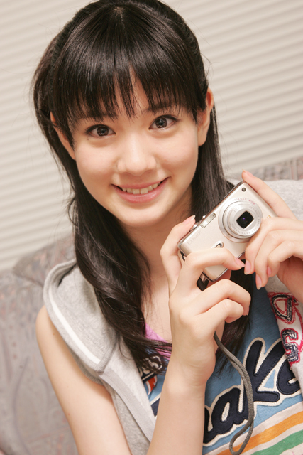 カメラを持っている岡本杏理