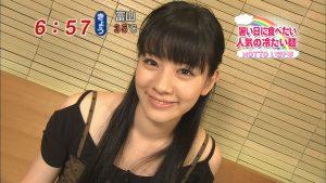 テレビに出演した黒いドレス姿の岡本杏理