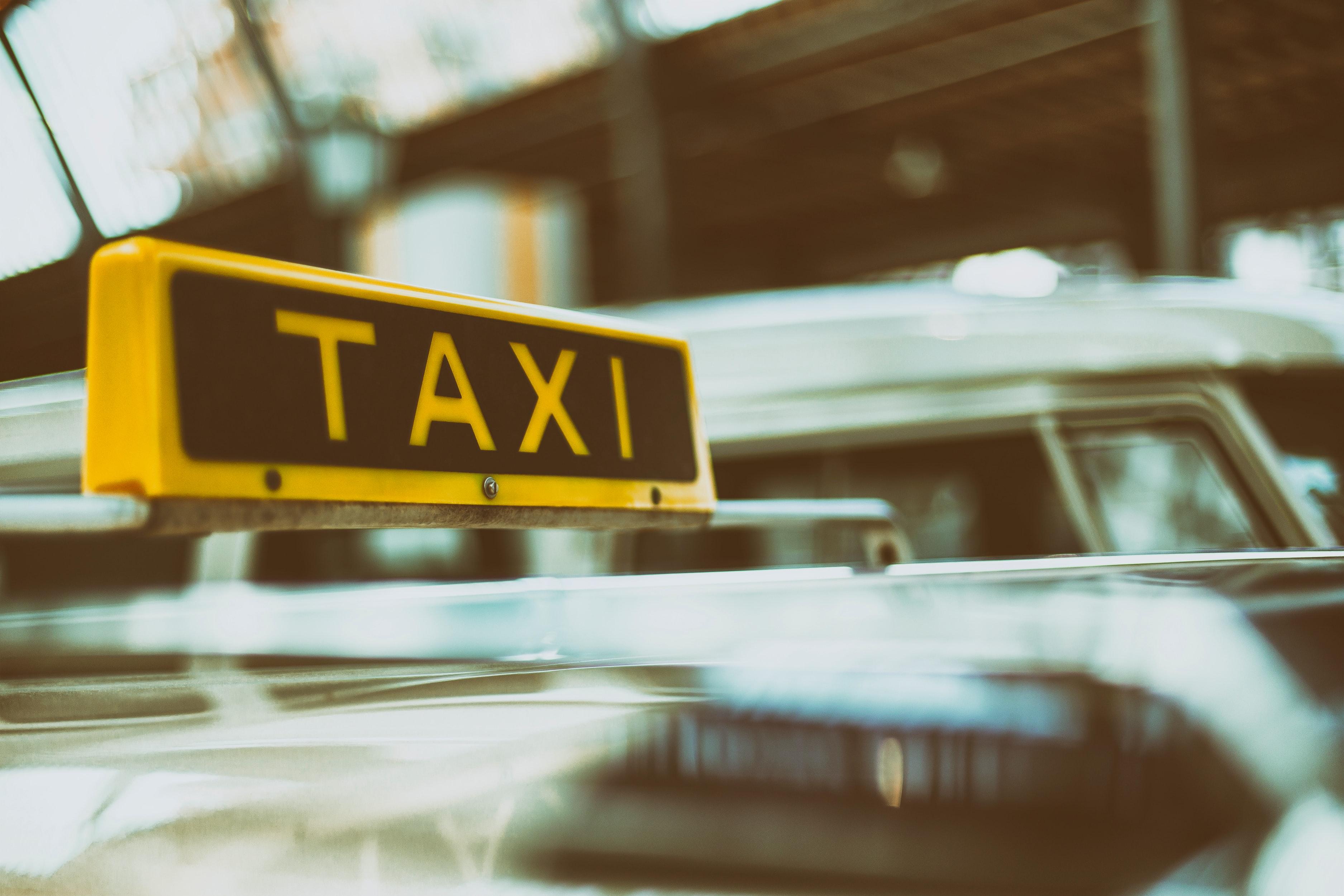 【夢占い】タクシーの夢の意味17選!乗る夢など!協力者を表す?