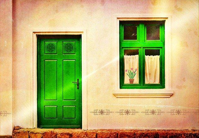 玄関風水で運を呼ぶ!北側対策・鏡・観葉植物・色・マットなど解説
