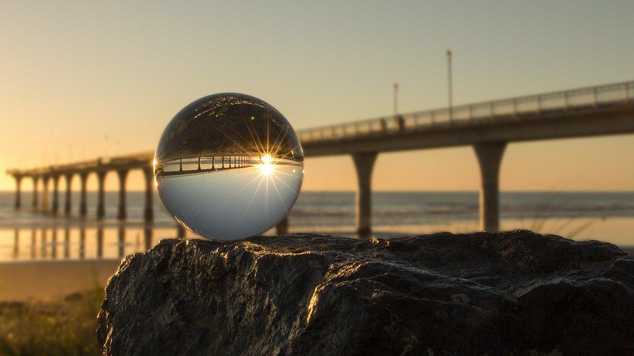 水晶玉が天然の本物かガラス玉の偽物か見分ける方法!