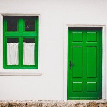 風水で玄関に鏡を置く位置、形、サイズのベストは?【占い師監修】