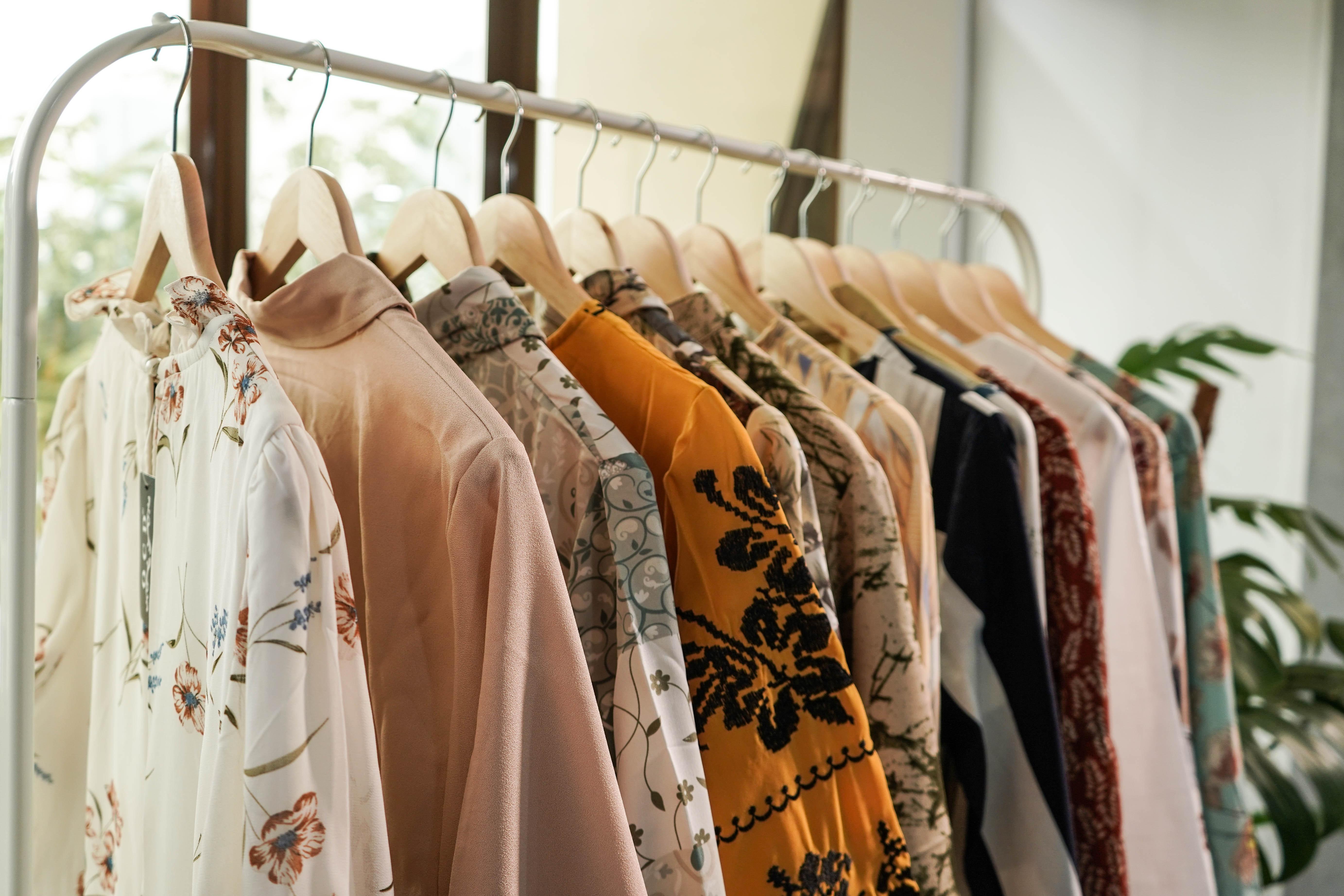 【夢占い】服の夢の意味31選!色によって意味が違う?