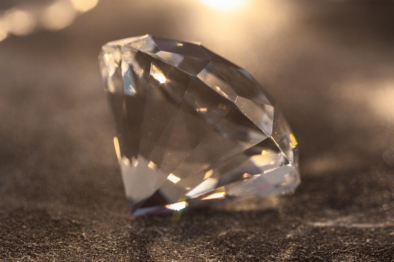 ダイヤモンドの夢の意味17選 愛情や相手との絆を示す!【夢占い】