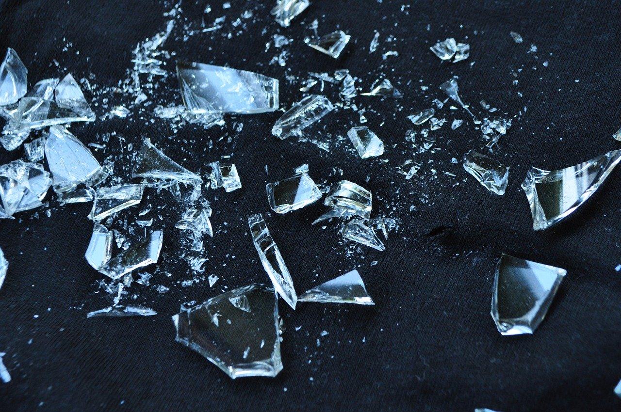 【夢占い】ガラスの割れる夢の20の意味を解説!精神面・運気・繊細