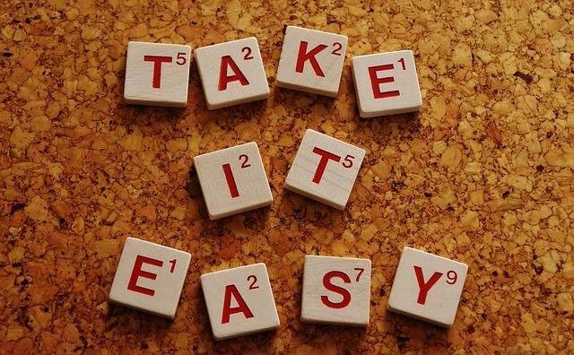 """英語の積み木のようなもので""""TAKE IT EASY""""と表記された写真"""