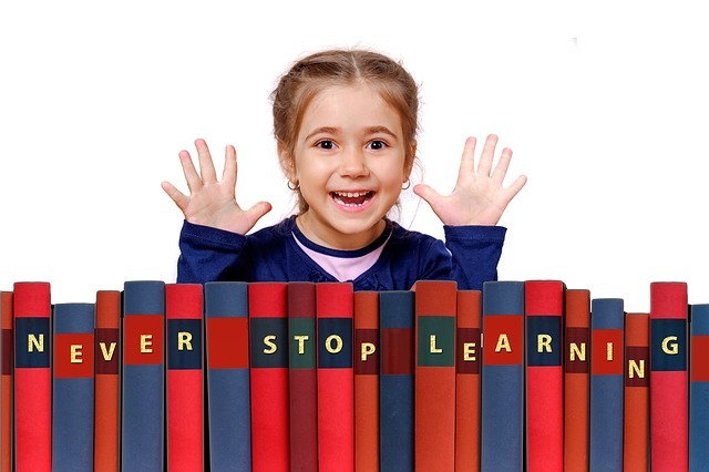 """外国人の子供の写真と""""EVER STOP LEARNING""""という文字"""