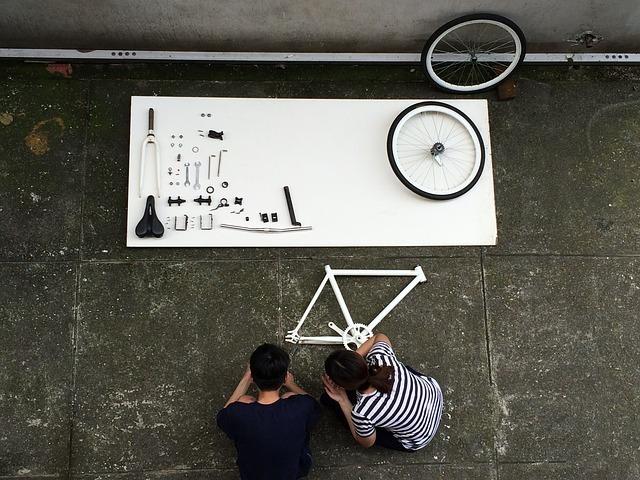 自転車を組み立てている画像です