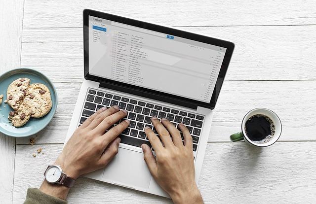 コンピュータでメール中の男性です。