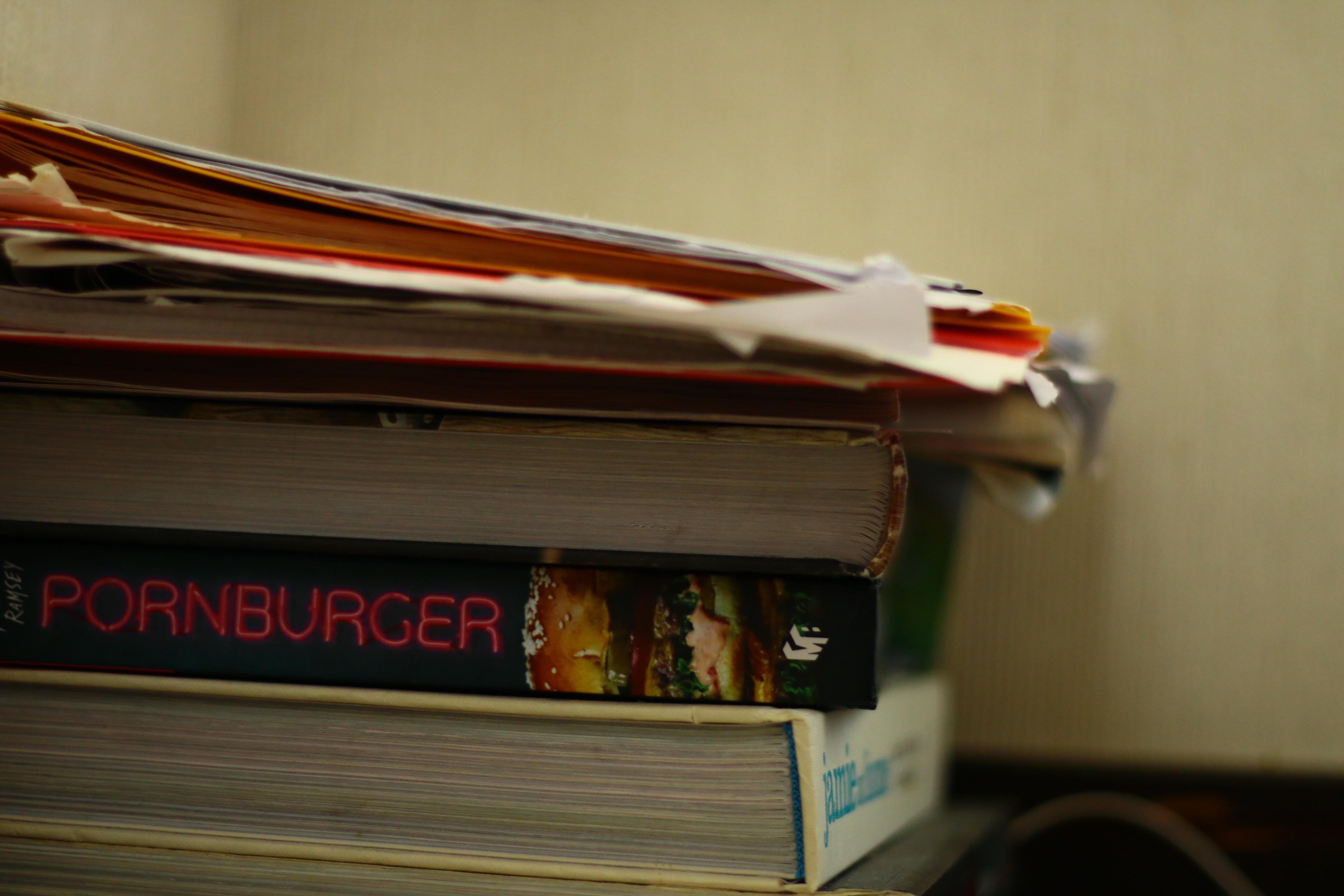 本が積まれている写真