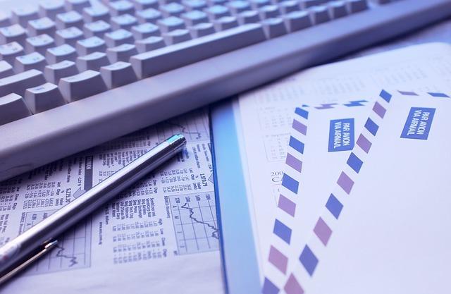 コンピュータとレターのオフィスでの使われ方を示した画像です。