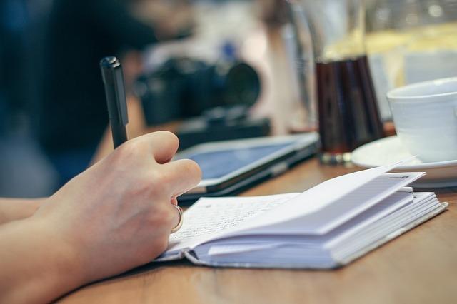 文字をノートに書いている。
