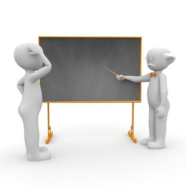 黒板の前に立つ男性二人