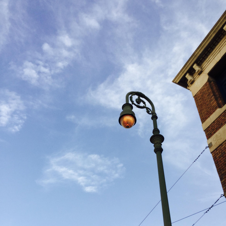 街灯と空の写真です。