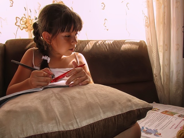 一生懸命勉強する女の子