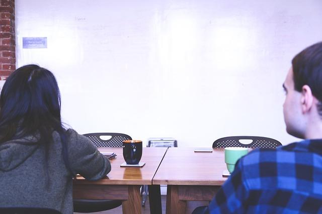勉強している女性と男性