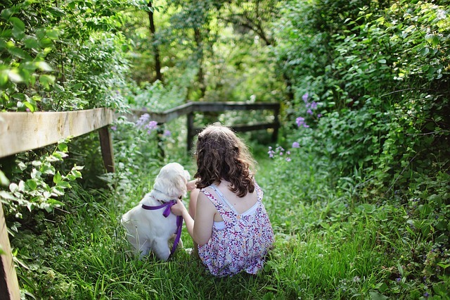女の子とペットの犬