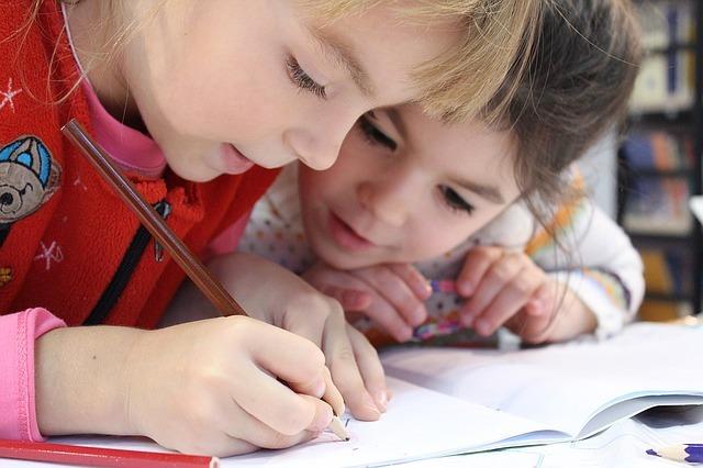 勉強を楽しんでいる女の子たち