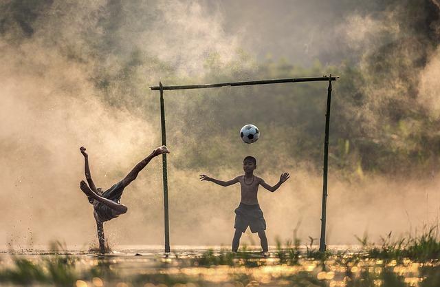 サッカーをしている少年たち