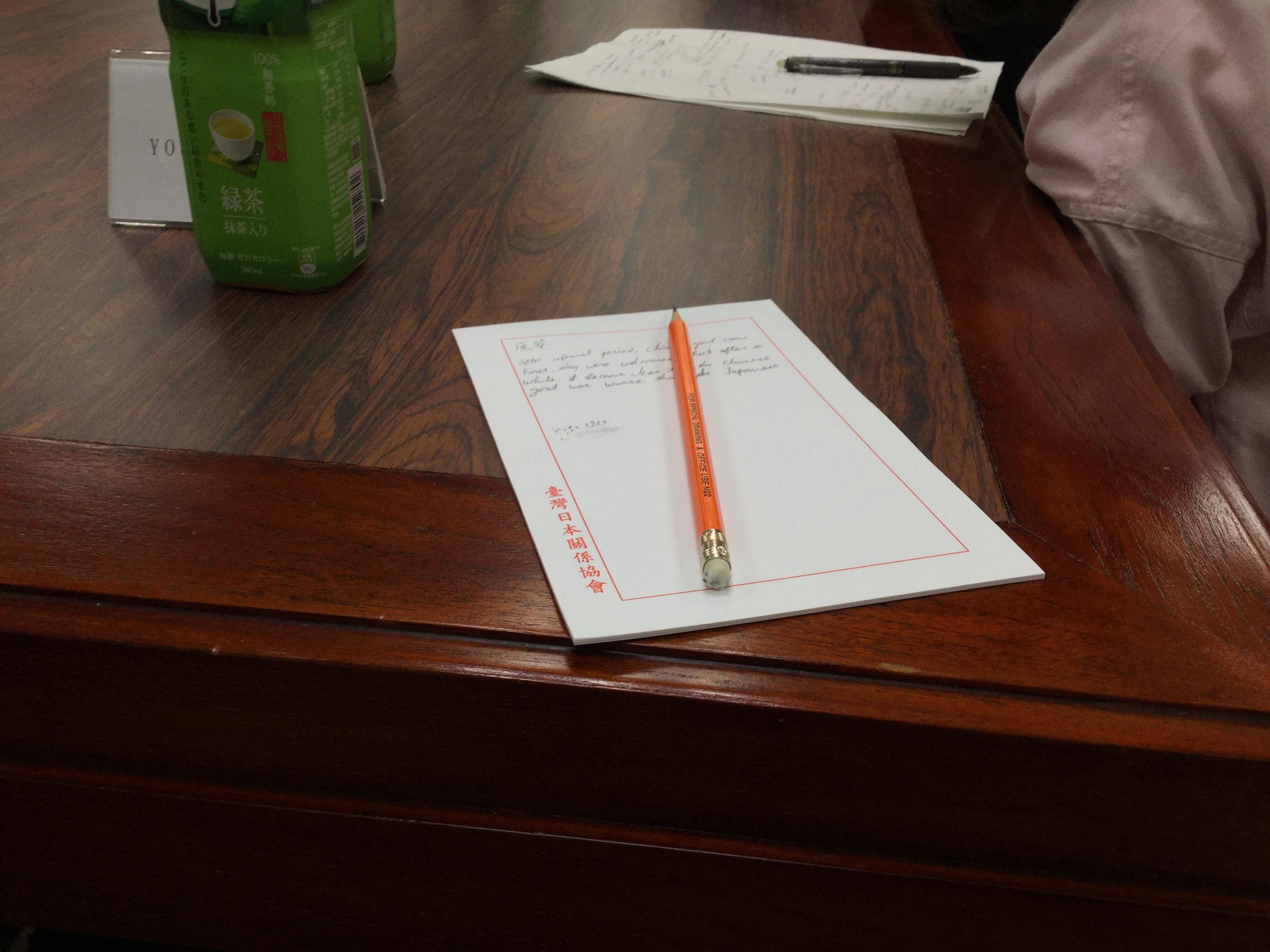 机の上にノートと鉛筆の写真です。